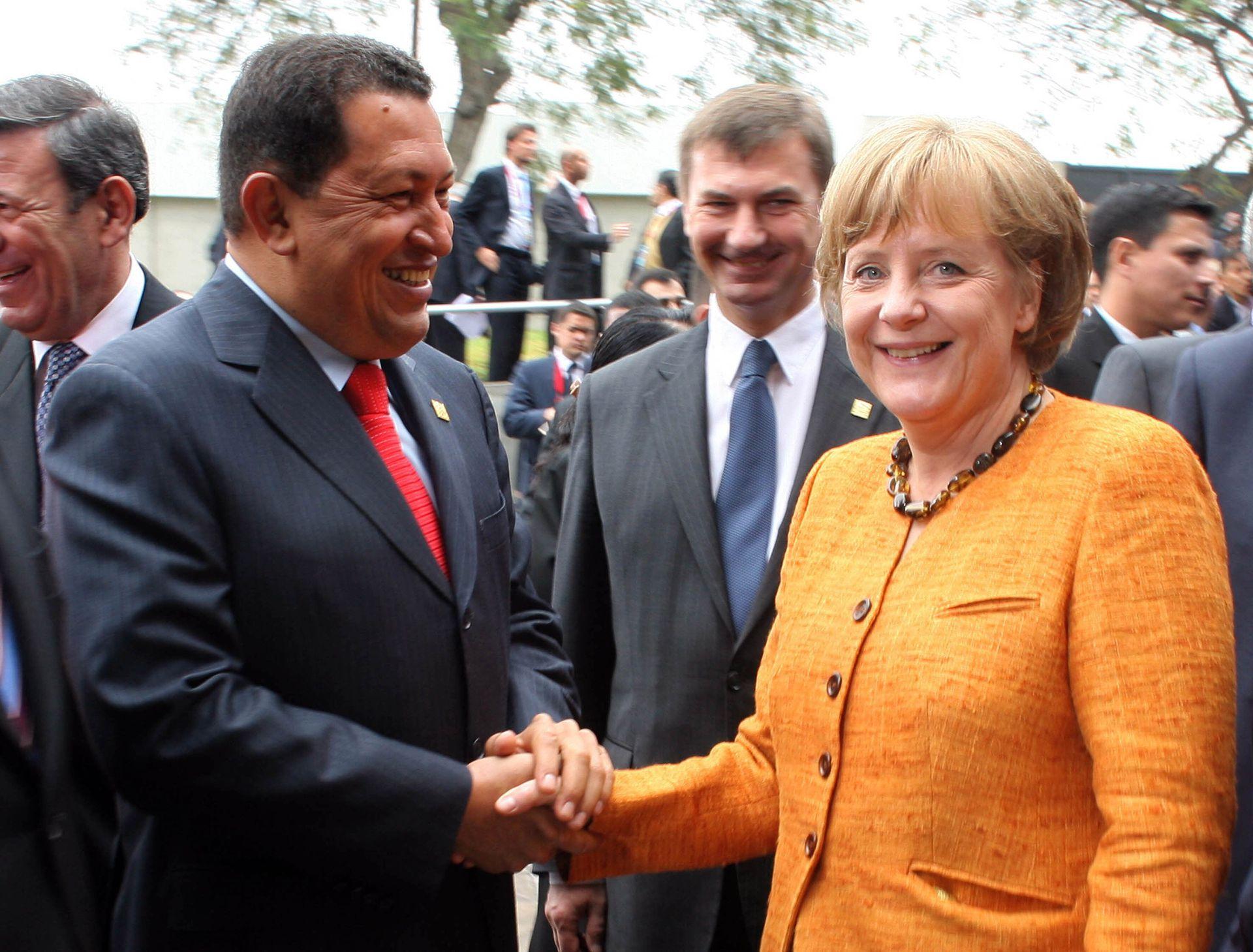 Un saludo entre el presidente venezolano Hugo Chávez y la canciller alemana Angela Merkel frente al Museo de la Nación para la V Cumbre de Jefes de Estado y de Gobierno de América Latina, el Caribe y la Unión Europea (ALC-UE) en Lima, el 16 de mayo de 2008