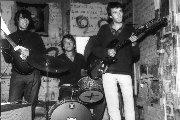 Moris en batería, Pajarito y Rocky Rodriguez en el escenario de la Cueva en 1966