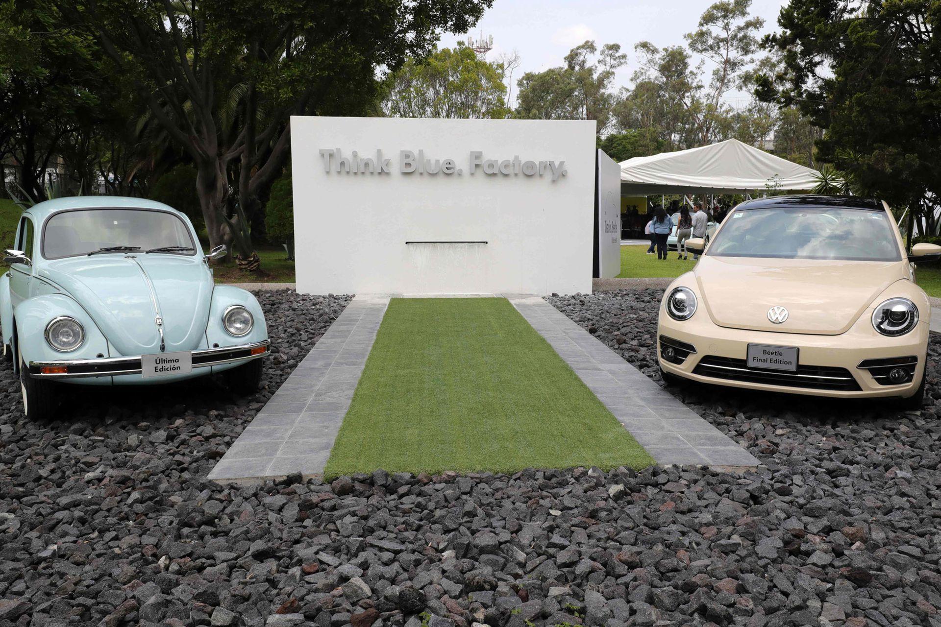 A la derecha la última versión del Volkswagen Beetle junto a una unidad icónica, en la fábrica de Puebla, en México