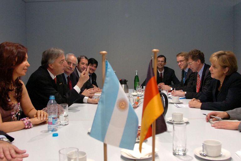 """Néstor Kirchner y Angela Merkel durante una cumbre celebrada en Viena, en 2006, en un encuentro en el que la canciller exhortó a la Argentina a """"honrar las deudas para integrarse al mundo"""""""
