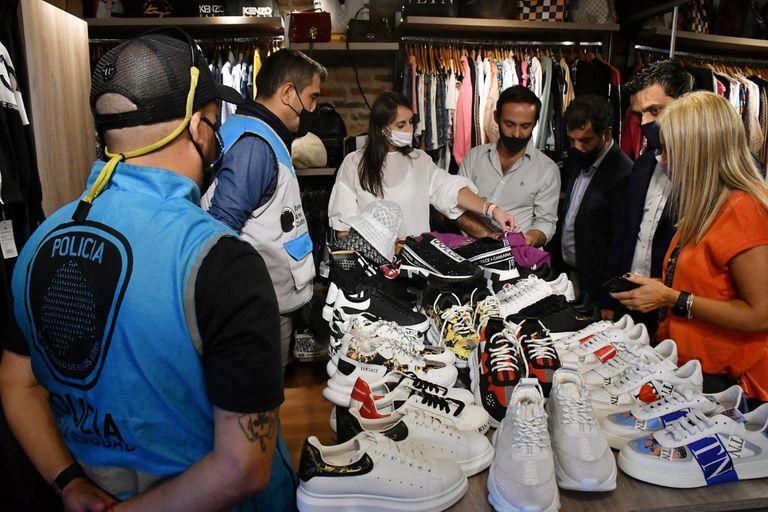 Allanan showroom en Puerto Madero y secuestran más de 2.200 prendas por falsificación de marcas