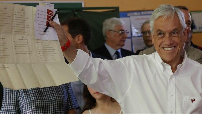El candidato y ex presidente chileno Sebastián Piñera, antes de votar hoy en Santiago