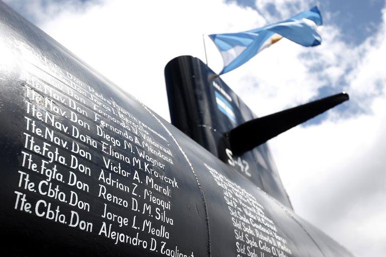 La réplica tiene inscriptos los nombres de los 44 tripulantes del ARA San Juan
