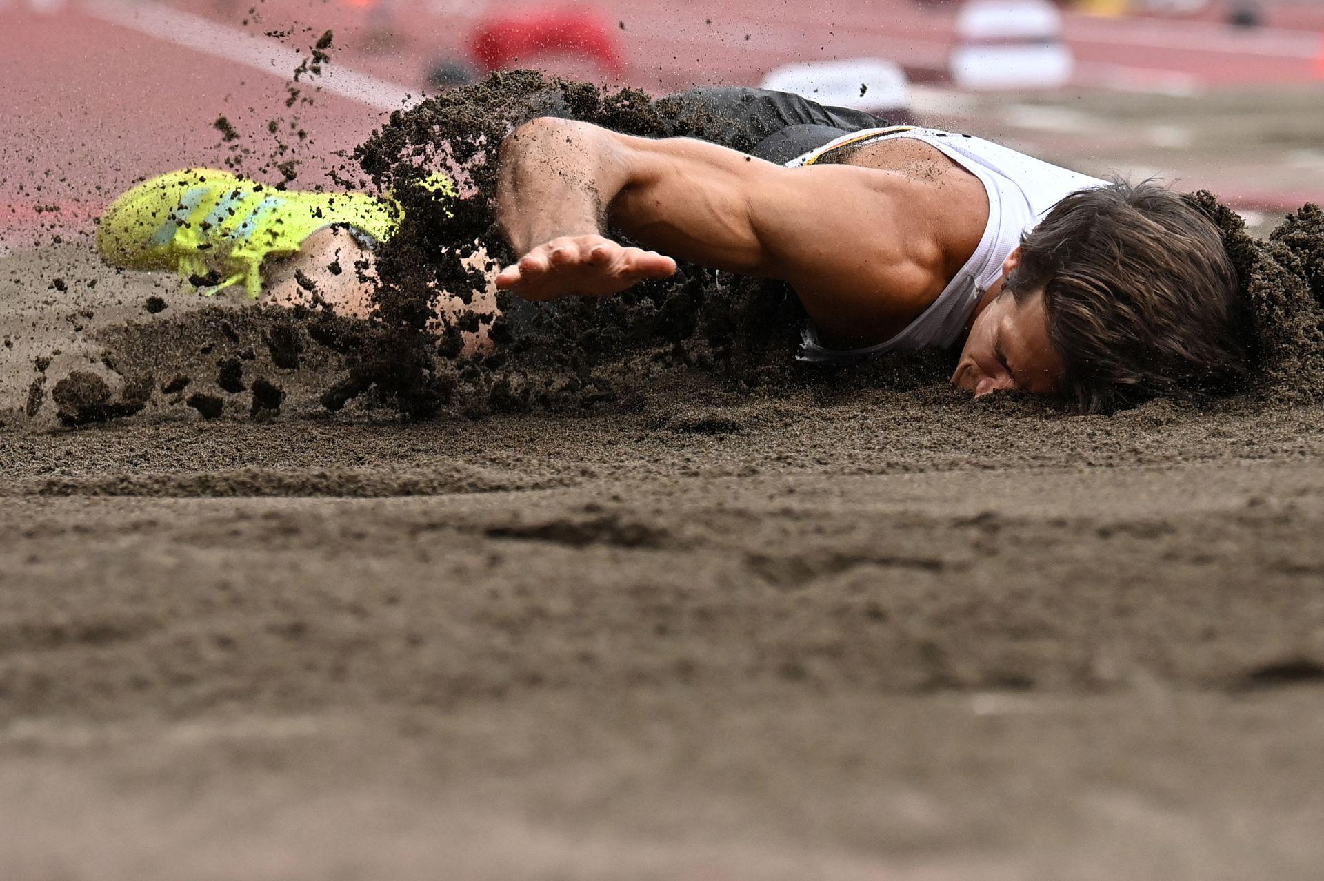 El belga Thomas Van Der Plaetsen se lesiona durante la competencia de salto en largo en el Estadio Olímpico de Tokio el 4 de agosto de 2021.