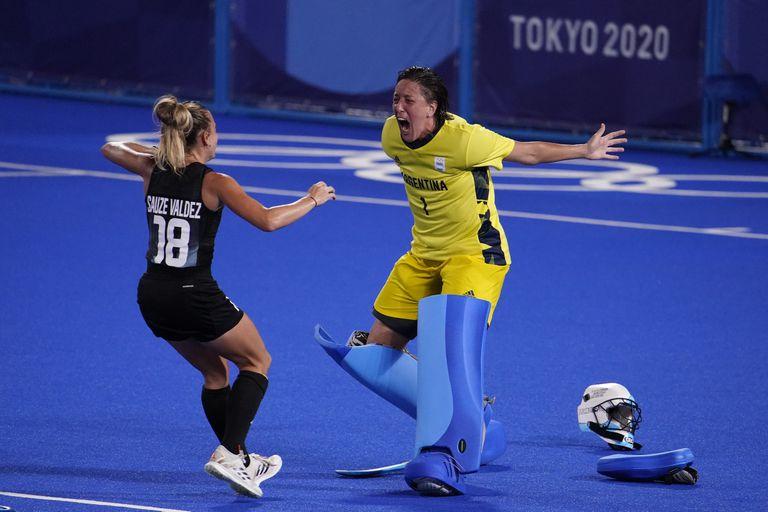 María Belén Succi  celebra con Victoria Sauze Valdez tras la confirmación del pase a la final de los Juegos de Tokio 2020