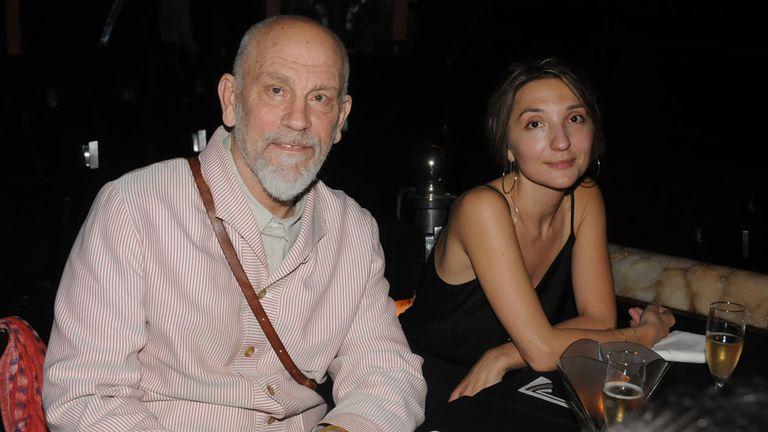 John Malkovich, anoche, en Tango Porteño, junto a Anastasya Terenkova, la pianista de su espectáculo