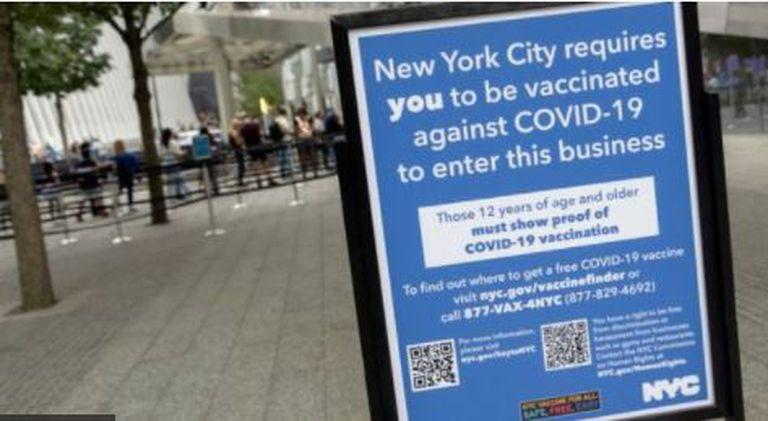 La ciudad de Nueva York ha establecido un mecanismo de pasaportes de vacunas que restringe el acceso a ciertas actividades a las personas no vacunadas