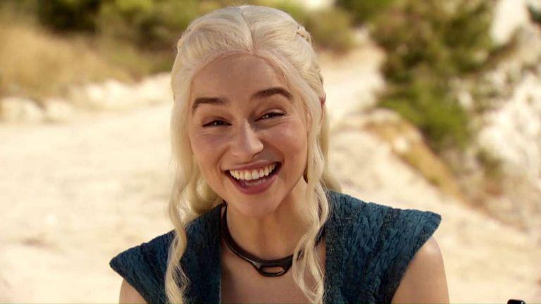 Emilia Clarke sonríe (cada vez que chequea el Home Banking)