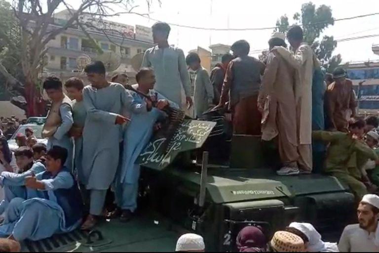 Imagen de un vídeo en el que se muestra a los talibanes que han tomado la ciudad de Jalalabad este domingo