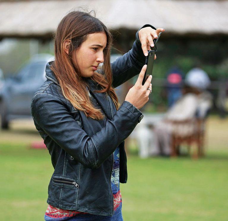 Mia, la mayor de los tres hijos de Adolfo y María Vázquez, filmó y sacó fotos desde el costado de las tablas. Ella integra la Selección de Polo Femenina Argentina.