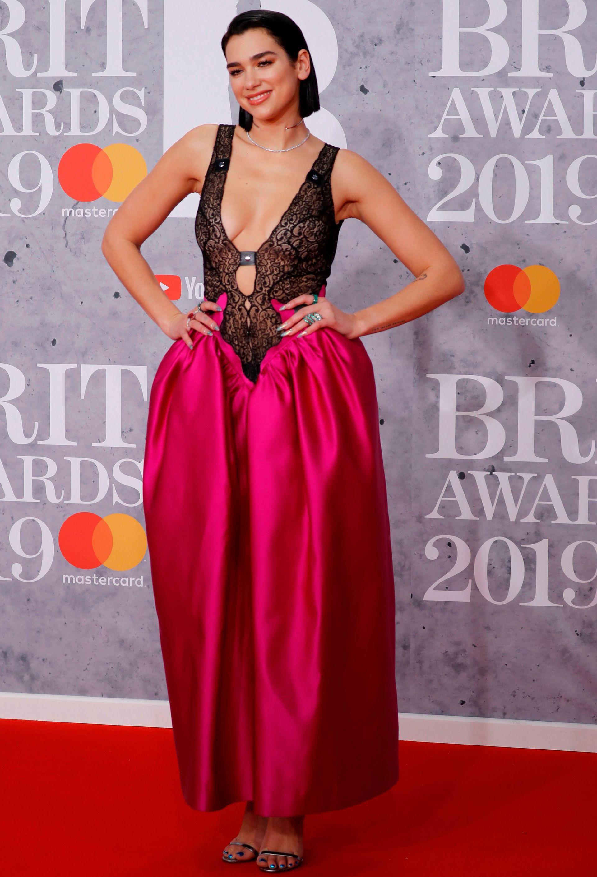 Dua Lipa tuvo varios cambios de look anoche en los BRIT Awards, pero en la alfombra roja lució un sensual diseño de Christopher Kane