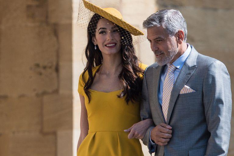 George Clooney, fundador de la firma de tequila Casamigos que tiene a Jack Brooksbank como embajador, es uno de los invitados a la gran boda. Su mujer, Amal, de paso hipnótico, volverá a marcar el paso de las celebridades por Saint George s