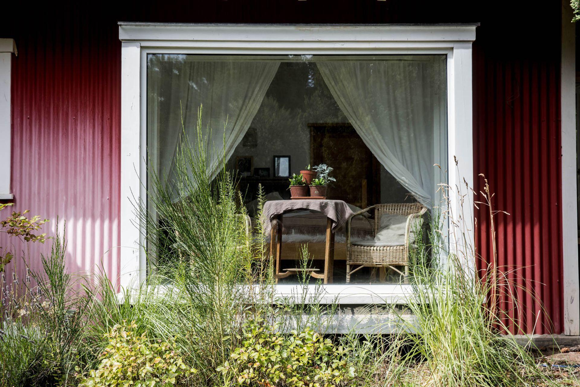 Ventana ideal para sentarse dentro de la casa a contemplar el jardín.