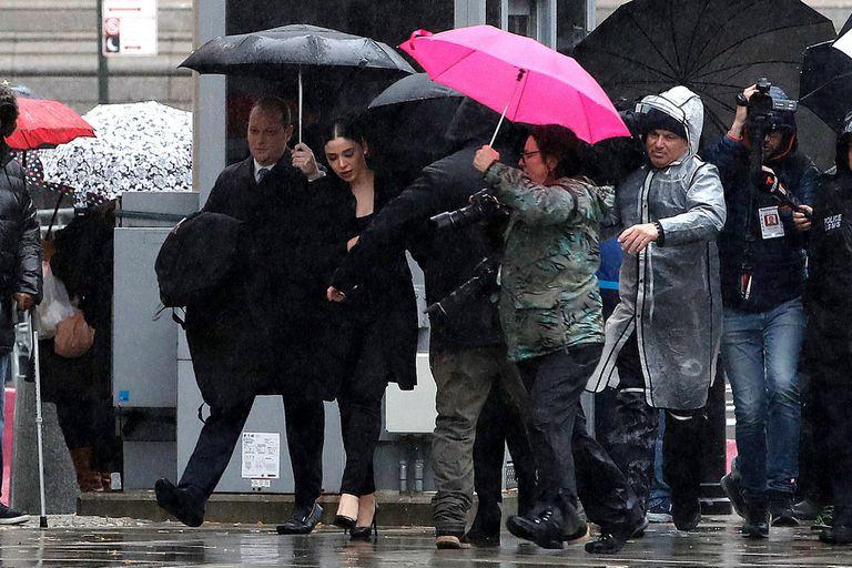 Durante el juicio los medios a menudo se aglomeraban alrededor de Emma Coronel.