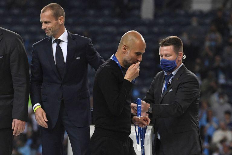 El español Pep Guardiola besando la medalla de subcampeón de la Champions League. El gesto le valió muchas críticas y burlas