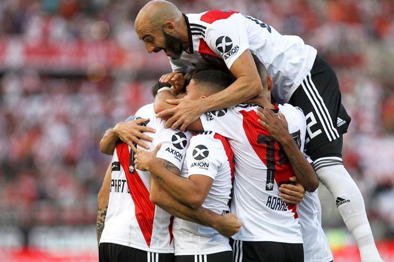 River ganó, pero las lesiones de Casco y Nacho Fernández aplacaron la euforia