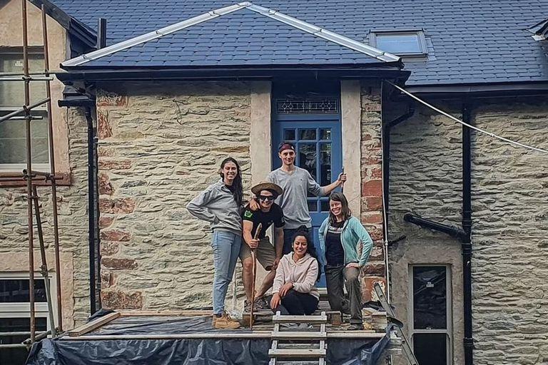 Decidieron ponerse a trabajar en la propiedad para convertir la vieja mansión destrozada en su hogar