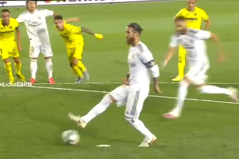 Sergio Ramos apenas toca la pelota. Detrás suyo, el francés Karim Benzema se apresta a rematar al gol. La ejecución del penal fue invalidada por invasión conjunta de jugadores de Real Madrid y Villarreal.