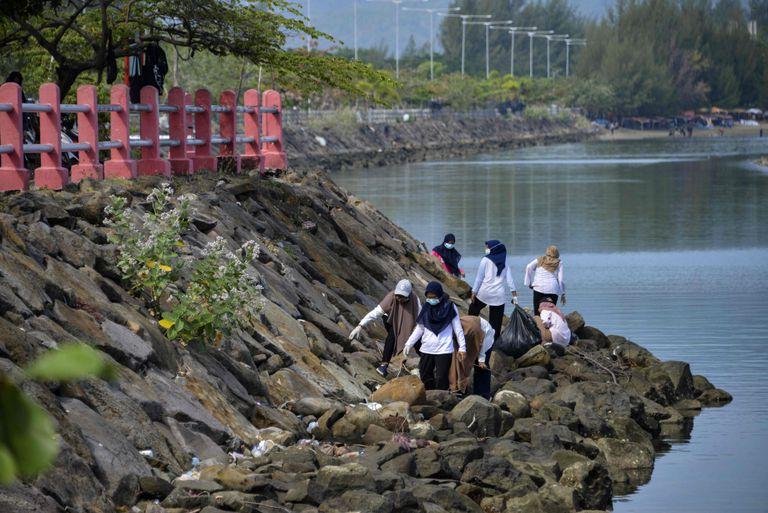 Estudiantes voluntarios recogen basura en una zona costera como parte del Día Mundial de la Limpieza en Banda Aceh, Indonesia