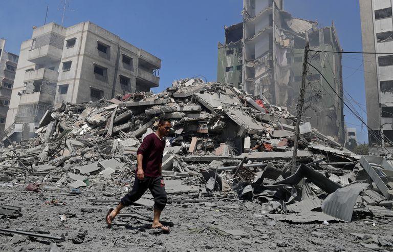 Un hombre camina por los escombros de un edificio destruido por un ataque de Israel en Gaza, el 16 de mayo de 2021. (AP Foto/Adel Hana)