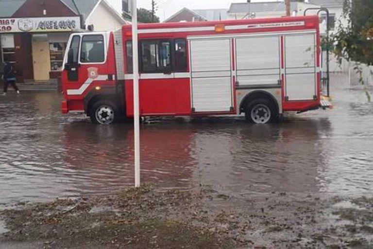 Los bomberos recorren las zonas afectadas y ayudan a los vecinos para la evacuación