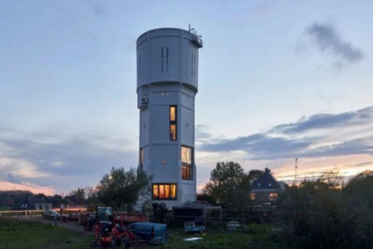 Convirtieron una torre de agua en dos casas de familia y ganaron un premio