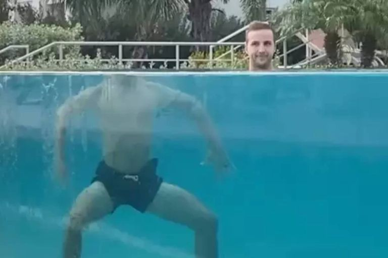 El video muestra una extraña ilusión óptica: la cabeza de un hombre parece estar completamente separada de su cuerpo mientras nada en una pileta