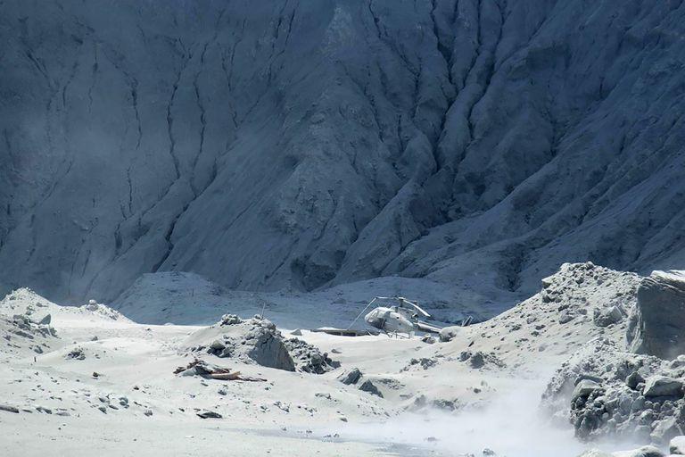 Un helicóptero fue alcanzado por las cenizas que arrojó el volcán y quedó totalmente destruido