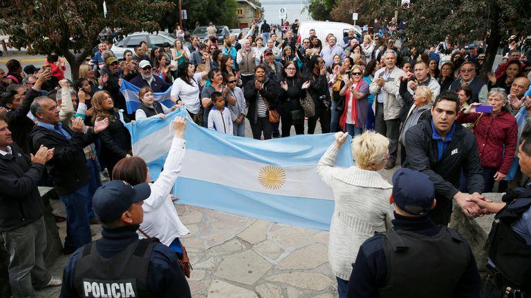 Marcha en Bariloche en respaldo a las fuerzas de seguridad