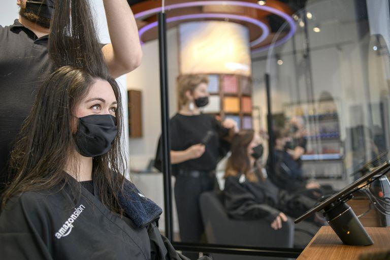 Amazon Salon es una peluquería que la compañía abrió en Londres, y que usa realidad aumentada para simular cómo se verán cortes y tinturas en las cabezas de la clientela