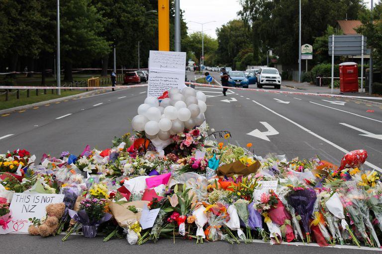 Homenaje a las víctimas de los dos tiroteos; murieron 49 personas