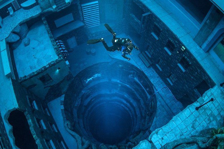 La pileta tiene 60 metros de profundidad y está rellena con 14 millones de litros de agua dulce