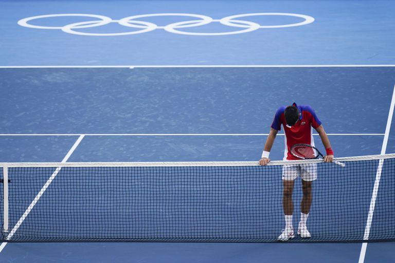Novak Djokovic, de Serbia, reacciona luego de ser derrotado por Pablo Carreño Busta, de España, en el partido por la medalla de bronce.