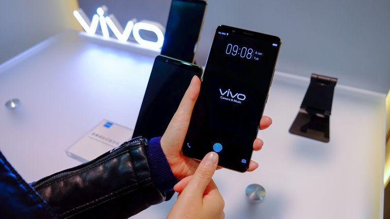 El teléfono Vivo con el sensor oculto. Muestra una huella digital en pantall para que el usuario sepa dónde apoyar el dedo