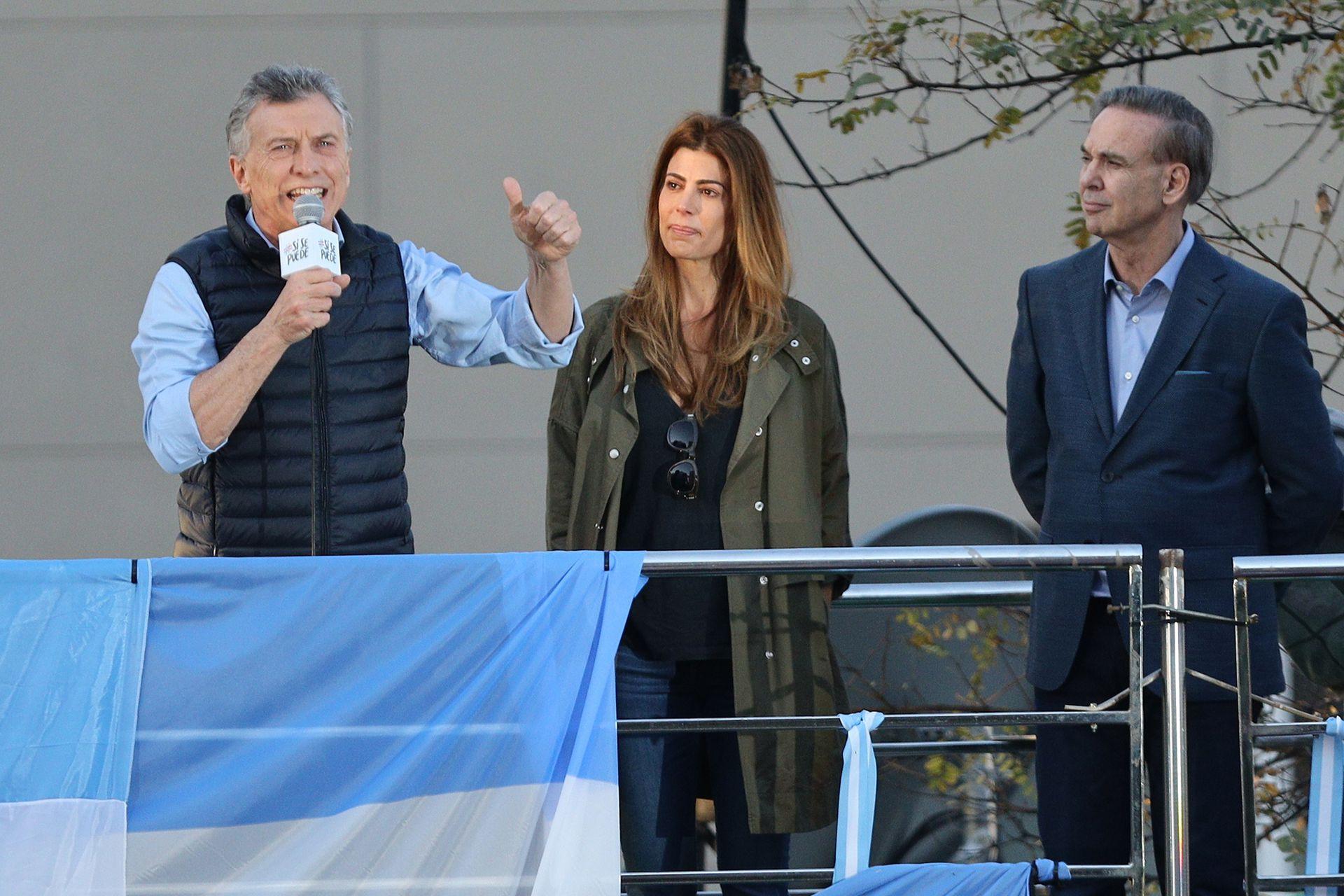 El presidente Mauricio Macri durante el discurso en las Barrancas de Belgrano, a su lado la primera dama Juliana Awada y el candidato Miguel Ángel Pichetto