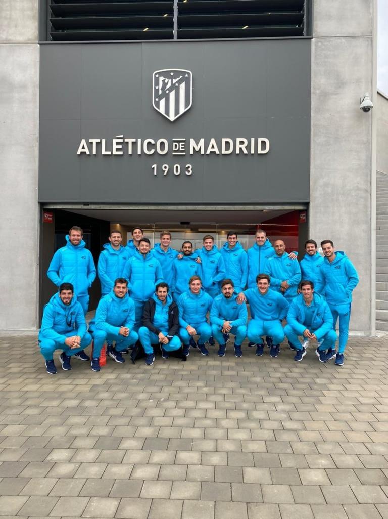 El plantel de los Pumas 7s, en la puerta de ingreso al Wanda Metropolitano.