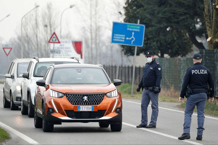 Policías con barbijos controlan el acceso a Codogno, Italia
