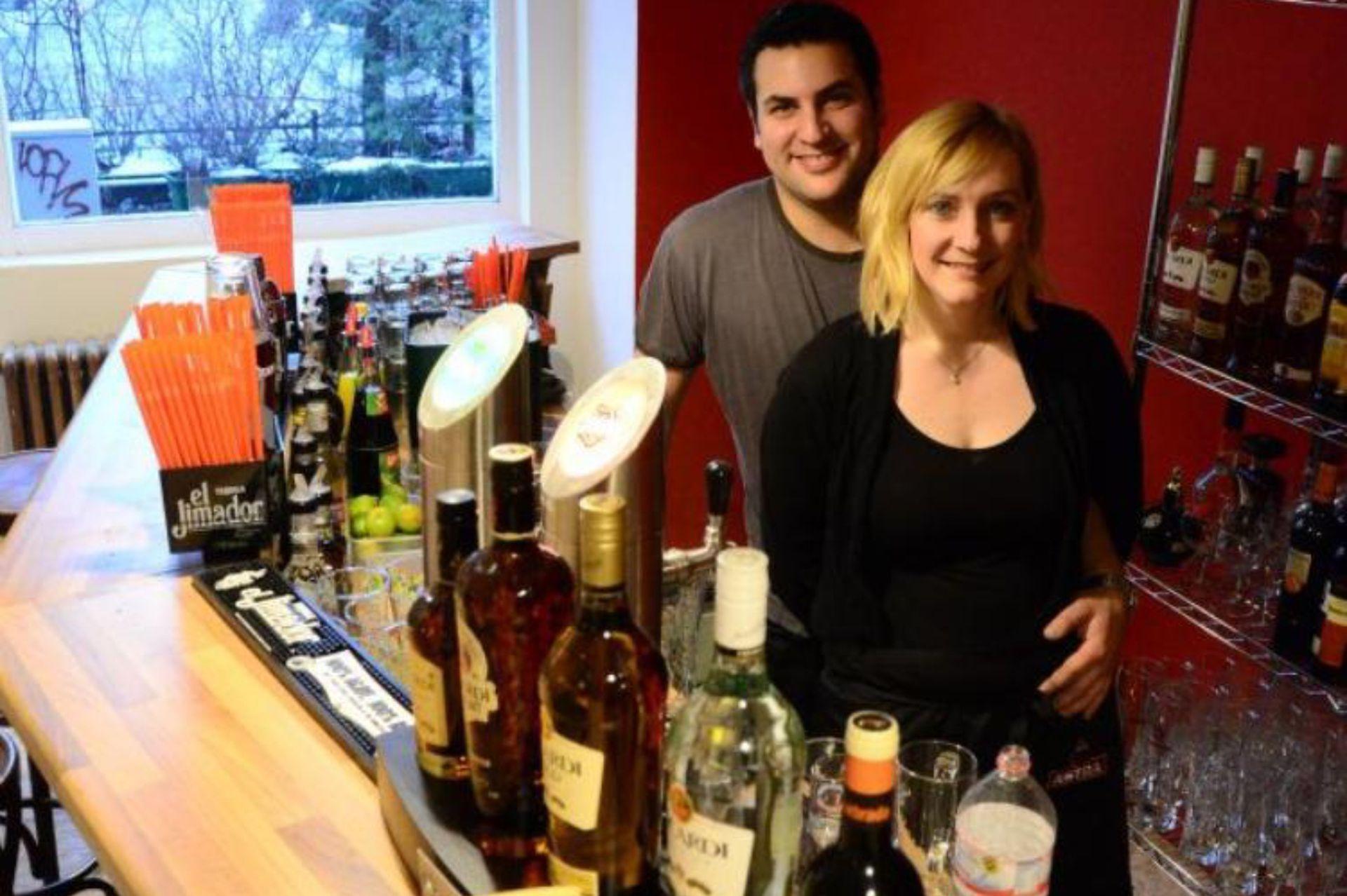 Orgulloso de su negocio en Berlín: Sugar tapas bar una vez inaugurado en el 2013.