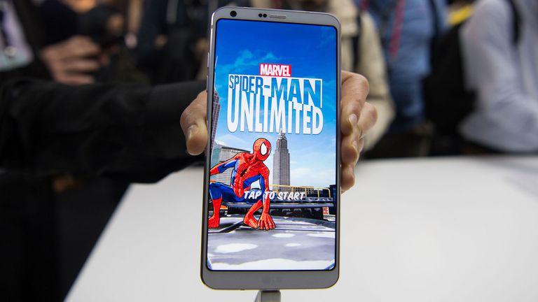 Una vista de la amplia pantalla del LG G6 presentado en el Mobile World Congress de Barcelona
