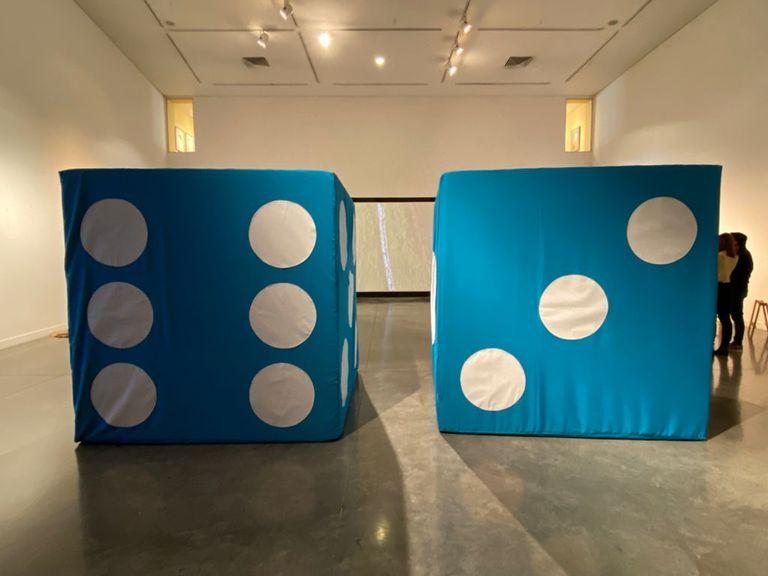 """""""Double Six Tres Maria's"""", de Yutaka Sone: el artista japonés arrojará dos dados de 200 x 200 centímetros cada uno desde el techo del Museo de Bellas Artes Franklin Rawson"""