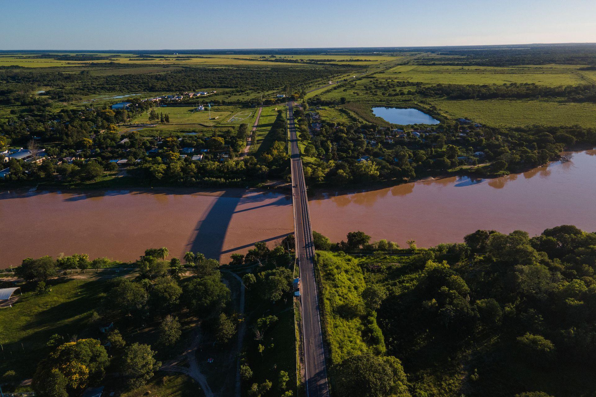 El puente que separa las provincias de Chaco y Formosa sobre el río Bermejo