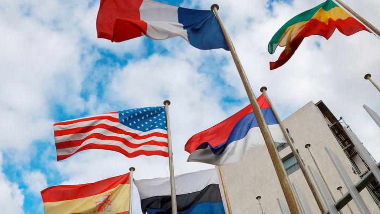 Banderas en las afueras del edificio de la Unesco en París