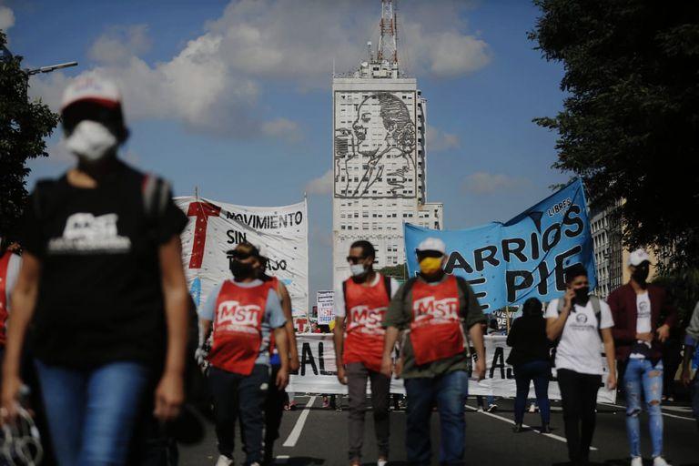 Cortes y protestas en el centro porteño en medio del pico de contagios de coronavirus; organizaciones sociales y movimientos de izquierda se concentraron en el Obelisco.
