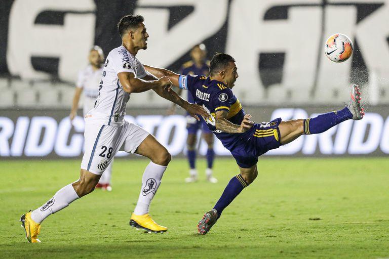 Carlos Tévez lucha por la pelota con Lucas Verissimo durante la semifinal de la Copa Libertadores 2020 entre Boca y Santos; ahora el Xeneize tendrá la posibilidad de una revancha