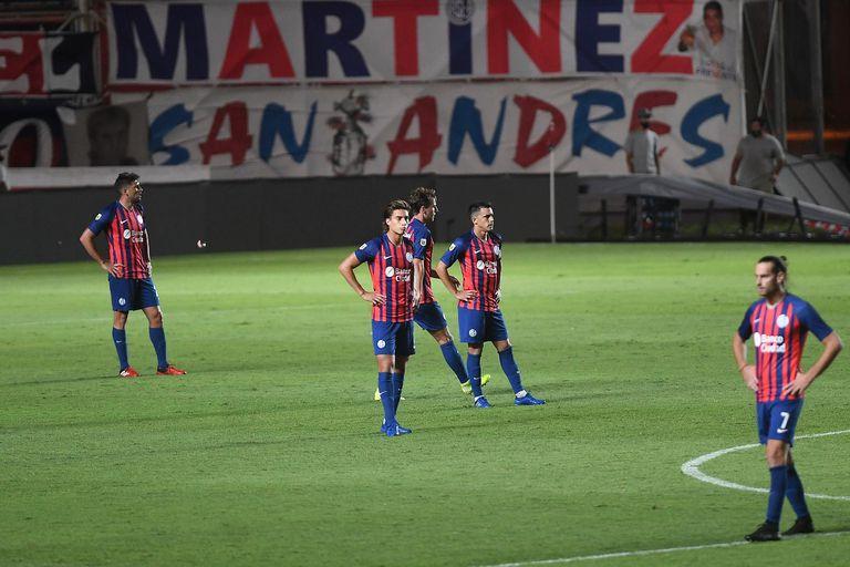 Desazón de los jugadores de San Lorenzo de Almagro, que caen en el Nuevo Gasómetro ante Central Córdoba de Santiago del Estero.