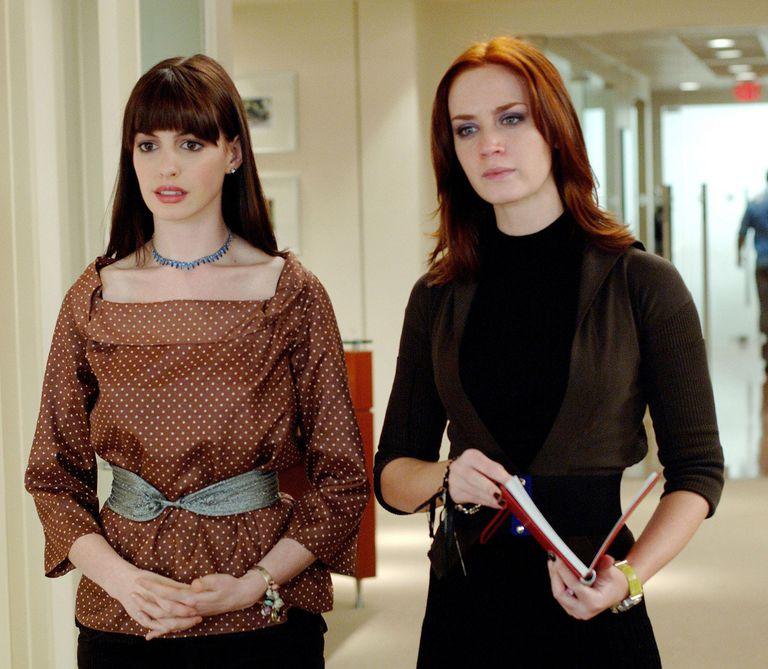 Andy Sachs (Anne Hathaway) junto a Emily Charlton (Emily Blunt), la asistente principal de Miranda Priestly
