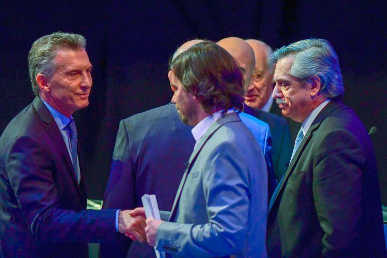 El saludo de Macri a Del Caño. Segundos después haría lo propio con Fernández