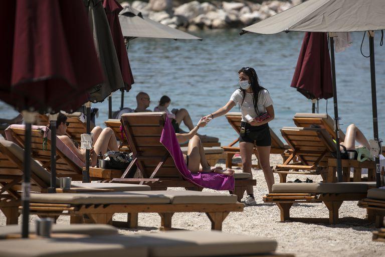 En Alimos, cerca de Atenas, este sábado reabrieron playas