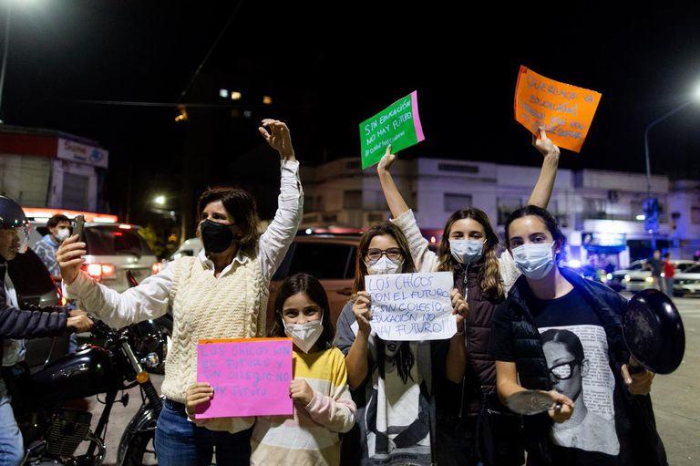 Con carteles y cacerolas: un grupo de mujeres estudiantes de diferentes edades protestaba frente a la Quinta de Olivos. Foto: TOMAS CUESTA - LA NACION
