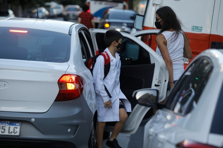 La llegada a la mañana de los alumnos de la escuela Niñas de Ayohuma, del barrio de Parque Chacabuco
